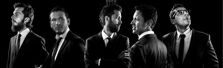 Los cinco integrantes del Ensamble Amaretto, usando smoking y mirando al horizonte, dos de sus integrantes poseen una barba tupida y uno tiene gafas