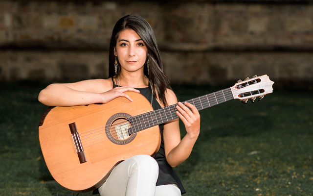 ALEJANDRA DÍAZ, guitarra