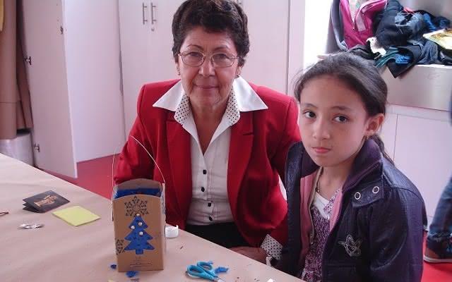 Abuela y nieta en taller en el Museo del Oro