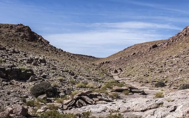 Camino de piedra con un cielo azul de fondo