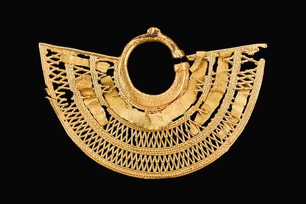 Orejera de oro reparada con  material añadido en forma de lámina