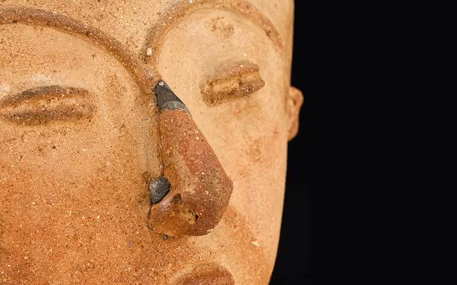 Tapa de urna funeraria de las Llanuras del Caribe con forma de cara humana y reparación en la nariz.