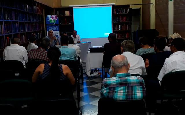 Grupo de personas reunidas en una conferencia ciudadana
