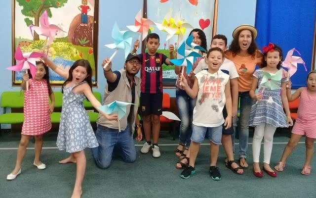 Niños participando de un taller de Salón Creativo