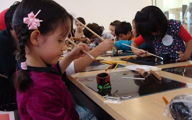 Niña participante de los talleres en el Exploratorio del Museo del Oro.