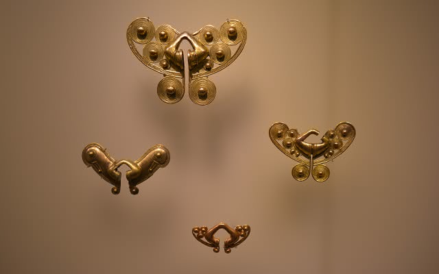 Vitrina con narigueras Tairona en orfebrería. Museo del Oro Tairona