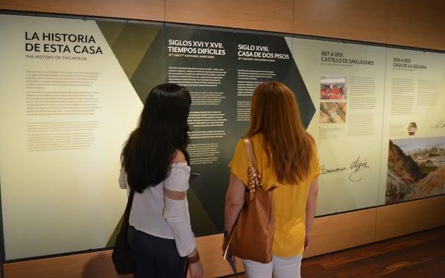 Dos personas mirando la exposición permanente del Museo del Oro Tairona