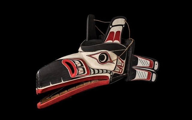 Máscara de pájaro tallada en madera por Tony Hunt indígena de Canadá