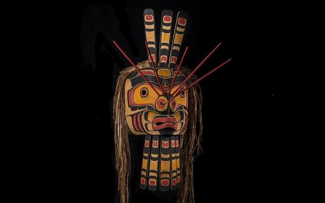 Máscara de abeja tallada por Henry Hunt indígena canadiense