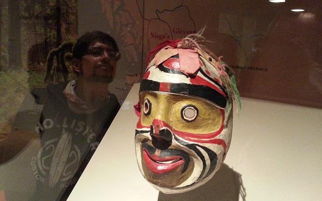 Máscara de rostro humano tallada en madera por Mungo Martin indígena de Canadá