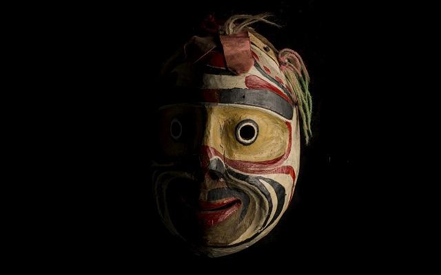 Máscara de un rostro humano atribuida a Mungo Martin indígena de Canadá