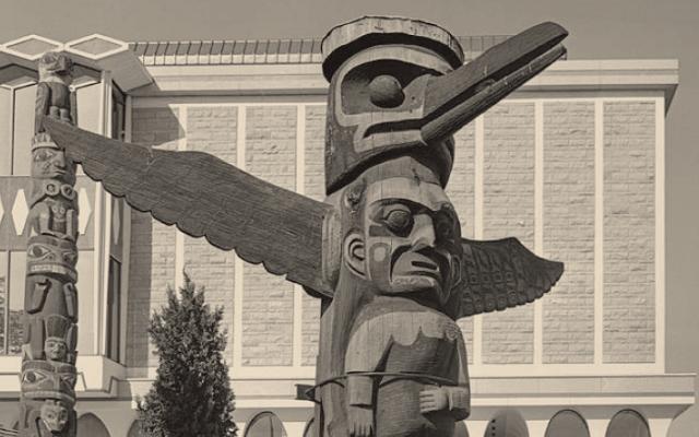 Tótems tallados en madera en el Parque Thunderbird en Victoria Canadá