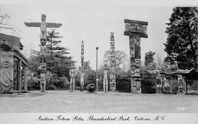 Parque Thunderbird en Victoria Canadá con tótems tallados en madera