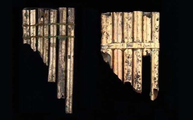 Dos flautas de pan prehispánicas hechas con metal.