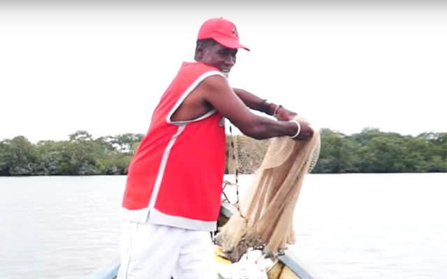 Un pescador con su atarraya