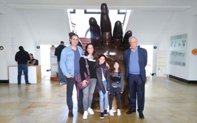 Mario Vargas Llosa y su familia en el Museo Botero