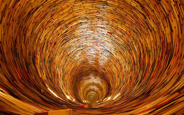 Libros organizados haciendo un túnel
