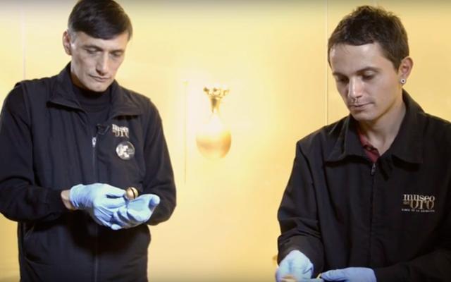 Restauradores del Museo del Oro manipulando piezas.